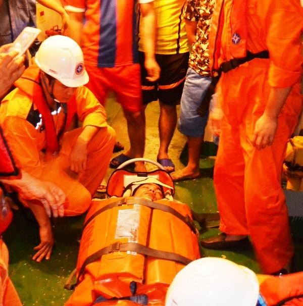 Cấp cứu ngư dân bị chấn thương trên vùng biển Hoàng Sa - ảnh 1
