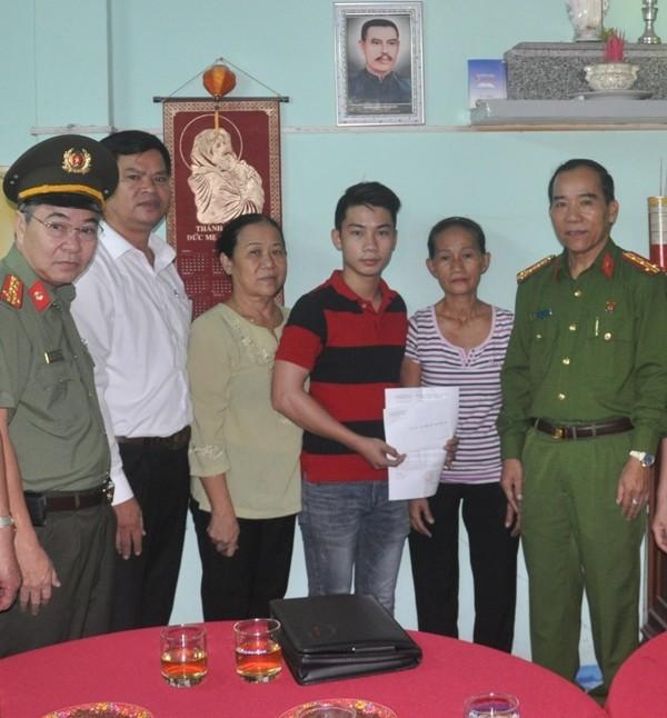 Công an Đà Nẵng trao quyết định hỗ trợ cho gia đình anh Tân.