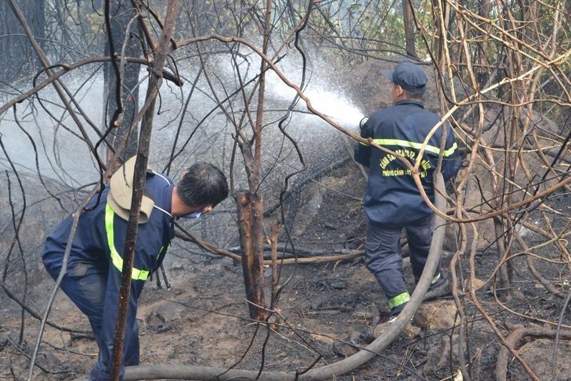 Lực lượng Cảnh sát PCCC khống chế ngọn lửa
