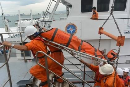 Đưa ngư dân bị nạn ở Hoàng Sa vào bờ cấp cứu.