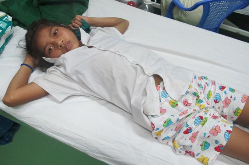Cứu sống bé gái 14 tuổi bị rắn chàm quạp cực độc cắn - ảnh 1