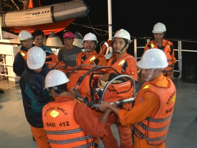 Cứu nạn thủy thủ bị tai nạn nguy kịch trên biển - ảnh 1