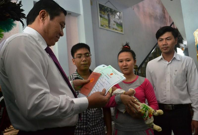 Chủ tịch TP Đà Nẵng đến tận nhà dân trao giấy khai sinh - ảnh 1