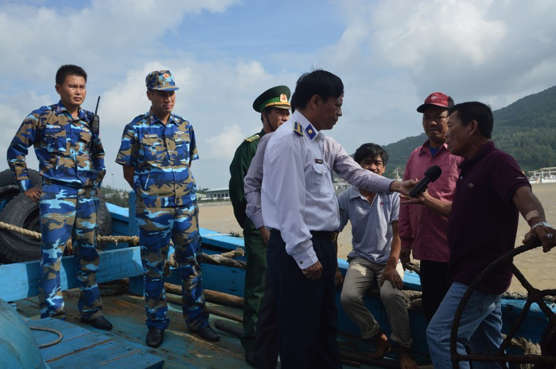 Tàu cảnh sát biển cứu ba thuyền viên bị trôi dạt - ảnh 2