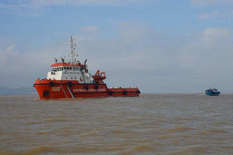 Tàu cảnh sát biển cứu ba thuyền viên bị trôi dạt - ảnh 1