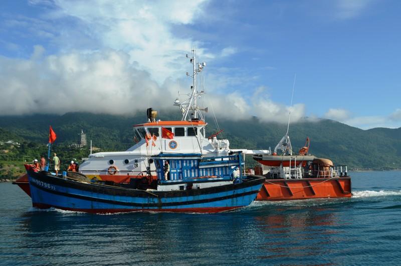 Cứu tàu cá bị phá nước, sắp chìm trên biển Hoàng Sa - ảnh 1