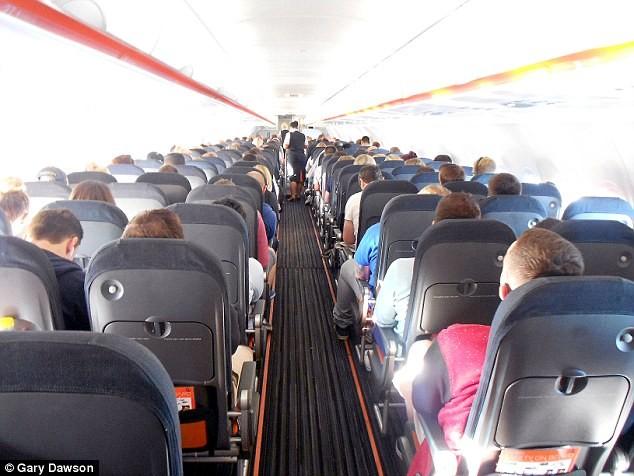 Hành khách đòi ăn bánh, đấm tiếp viên hàng không  - ảnh 1