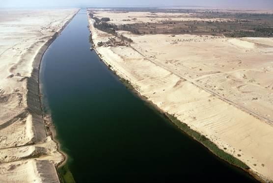 Hai tàu hàng 'khổng lồ' va chạm tại kênh đào Suez - ảnh 2