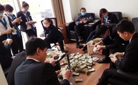 Nữ đại gia Trung Quốc mua xe hơi bằng 'núi tiền lẻ' - ảnh 1