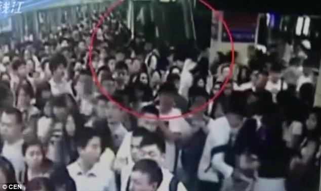 Giẫm đạp tại nhà ga Trung Quốc, nhiều người bị thương - ảnh 2