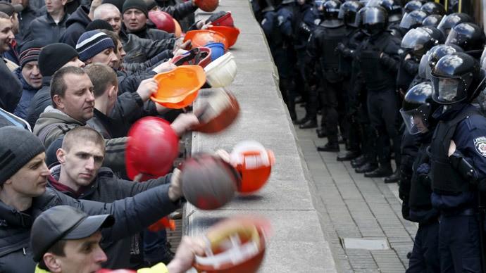 Hàng ngàn thợ mỏ 'khóa kín' trụ sở chính quyền Ukraine - ảnh 1