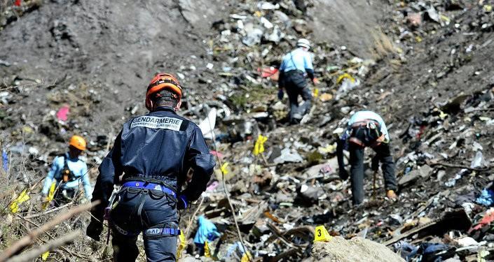 Cơ phó Germanwings 'thực hành tự sát' trước khi máy bay rơi - ảnh 1