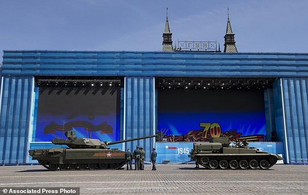 Siêu tăng Armata bất ngờ 'chết đứng' giữa Quãng trường Đỏ - ảnh 1