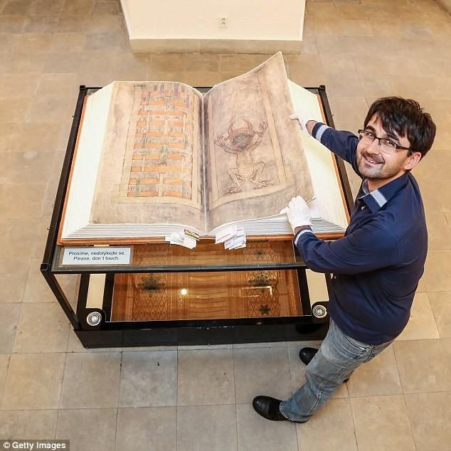 Bí ẩn 'Kinh thánh của Quỷ' viết từ thời Trung cổ - ảnh 4
