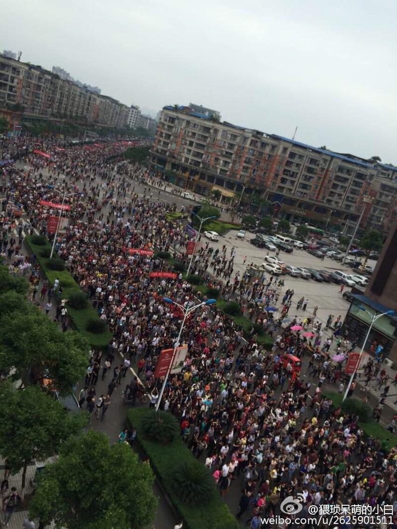 Trung Quốc: Hàng ngàn người biểu tình, tấn công cảnh sát - ảnh 1