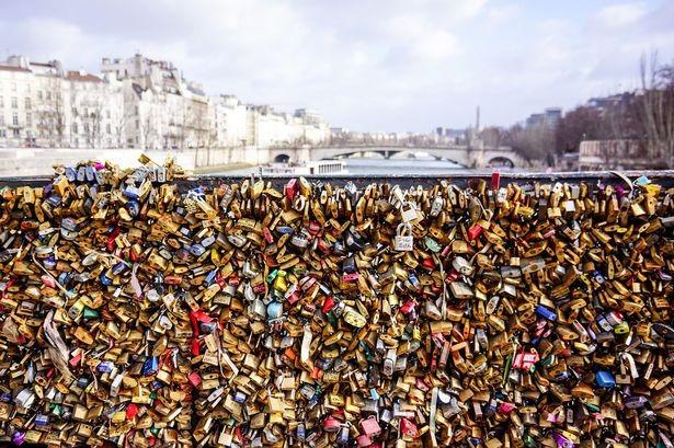 Paris chuẩn bị 'khai tử' hàng triệu 'ổ khóa tình yêu' - ảnh 1