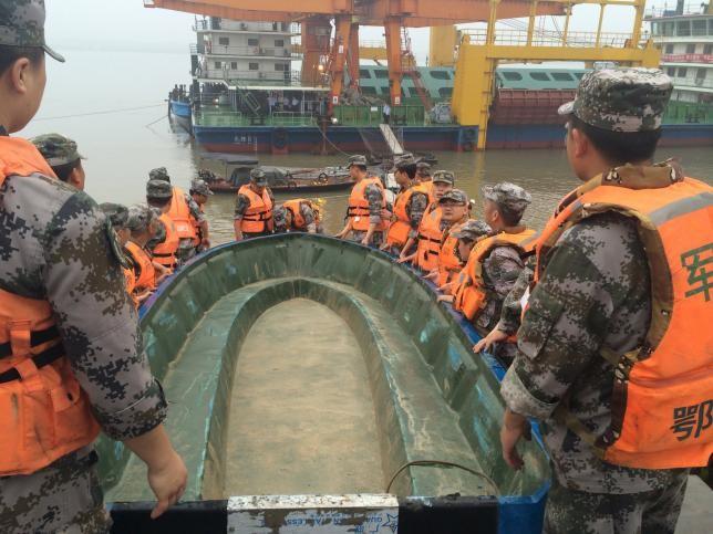 Thảm họa chìm phà Trung Quốc: Còn người sống sót kẹt lại bên trong - ảnh 1