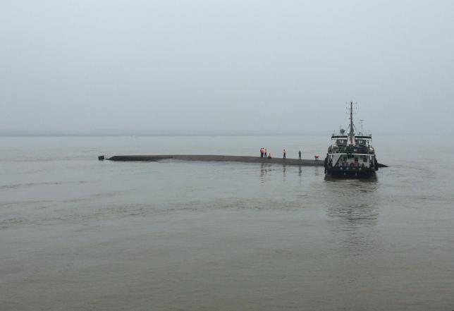 Thảm họa chìm phà Trung Quốc: Còn người sống sót kẹt lại bên trong - ảnh 2