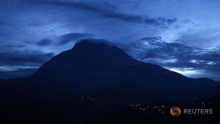 130 người kẹt lại trên ngọn núi lớn nhất Đông Nam Á - ảnh 2