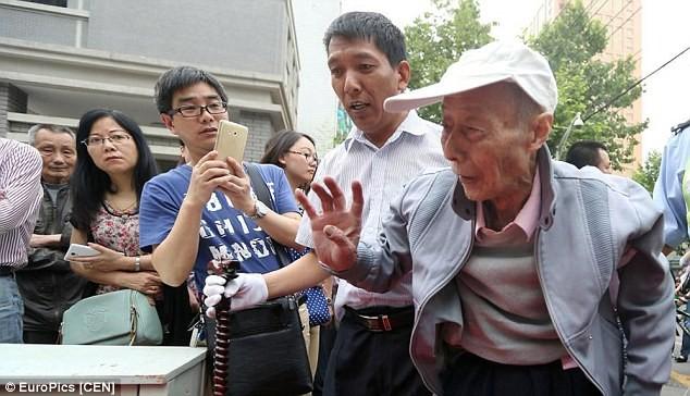 Trung Quốc: Ông cụ 86 tuổi vẫn quyết thi đậu đại học - ảnh 1