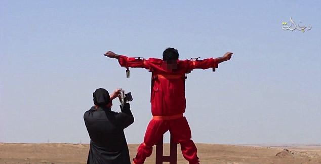 IS sáng tạo kiểu hành quyết: Lăng trì gián điệp trên thánh giá - ảnh 1