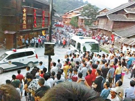 Cảnh sát Trung Quốc bị người dân tấn công thê thảm - ảnh 1