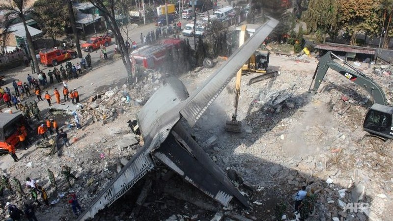 Hé lộ nguyên nhân rơi máy bay quân sự Indonesia - ảnh 1