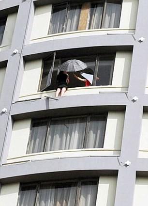 'Đung đưa' con ngoài cửa sổ tầng 13 để đòi ly hôn - ảnh 2