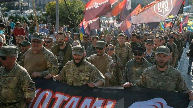 Nhóm 'diều hâu' Kiev biểu tình, đòi đánh Đông Ukraine - ảnh 2