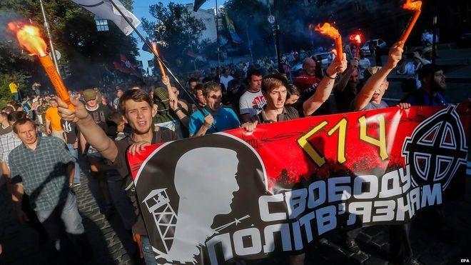 Nhóm 'diều hâu' Kiev biểu tình, đòi đánh Đông Ukraine - ảnh 1