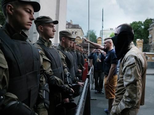 Nhóm cực hữu Ukraine nhân lệnh 'bắn chết' cảnh sát Kiev - ảnh 2