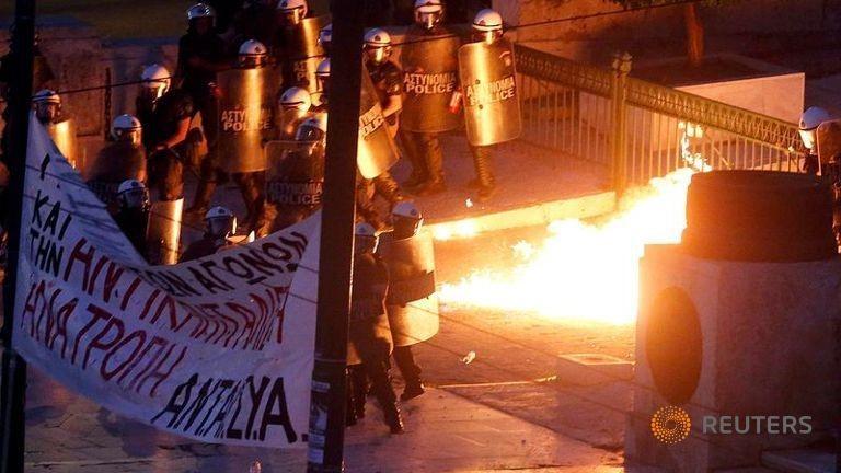 Người biểu tình ném bom xăng trước tòa nhà Quốc hội Hy Lạp - ảnh 2