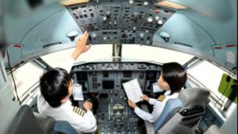 Máy bay Myanmar trượt khỏi đường băng  - ảnh 1