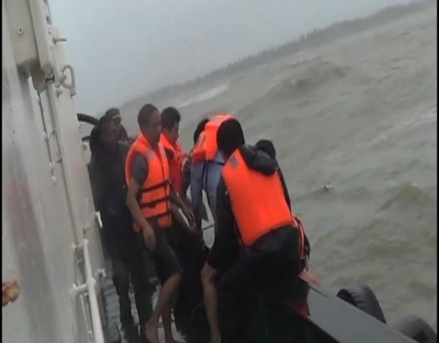Trung Quốc giải cứu 48 thuyền viên Việt Nam gặp nạn - ảnh 1