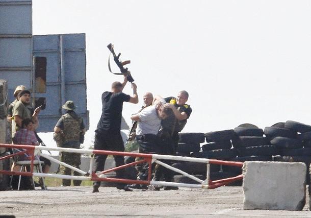Ukraine truy danh tính, cáo buộc 'sĩ quan Nga' tội khủng bố - ảnh 1