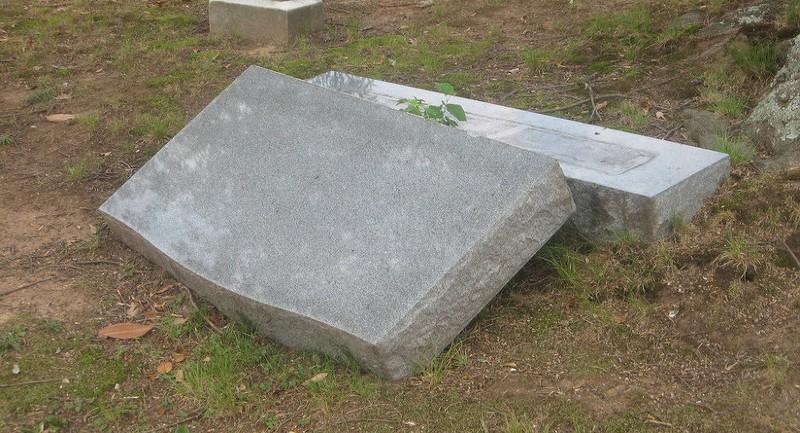 Mỹ: Hơn 100 bia mộ tại nghĩa trang Do Thái bị lật tung - ảnh 1
