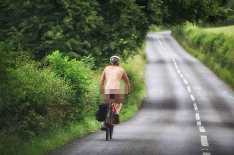 Choáng với người đàn ông 'khỏa thân' đạp xe đi dạo - ảnh 1