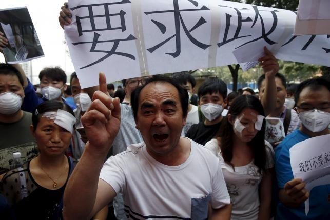 Người biểu tình Thiên Tân đụng độ cảnh sát đòi bồi thường - ảnh 2