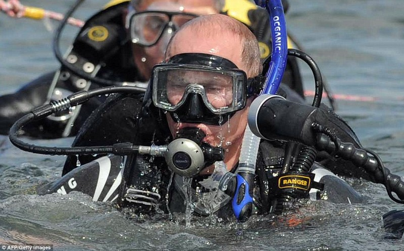 Putin lên tàu ngầm lặn biển xem xác tàu đắm tại Crimea - ảnh 2