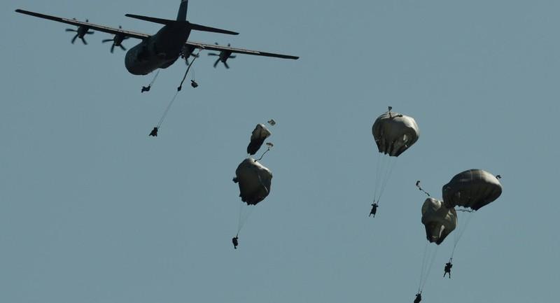 NATO tập trận nhảy dù quy mô nhất từ sau Chiến tranh Lạnh - ảnh 1
