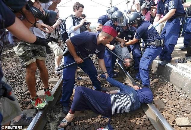 Cảnh hỗn loạn của người tị nạn khi bị chặn tại Hungary - ảnh 3