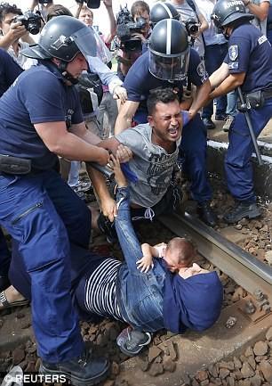 Cảnh hỗn loạn của người tị nạn khi bị chặn tại Hungary - ảnh 4