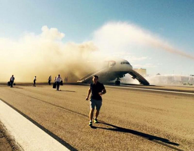 Clip máy bay Boeing chở 159 người bất ngờ bốc cháy - ảnh 1