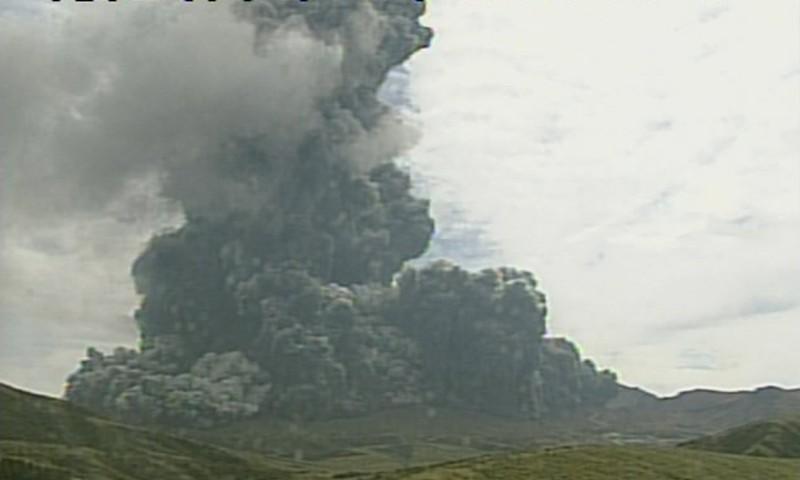 Núi lửa lớn nhất Nhật Bản bất ngờ phun trào - ảnh 1