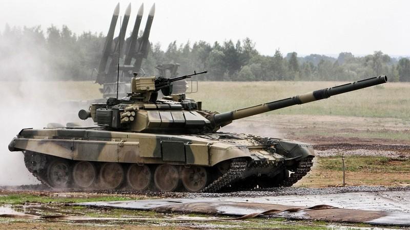 Nga điều động xe tăng đến đường băng tại Syria - ảnh 1