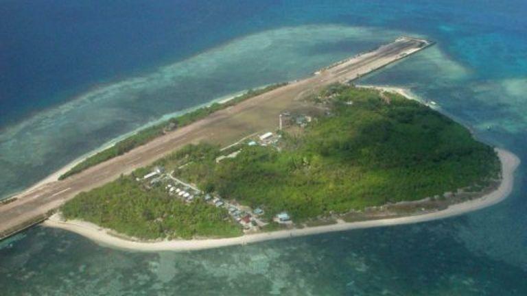 Trung Quốc xây trái phép đường băng thứ 3 trên biển Đông - ảnh 1