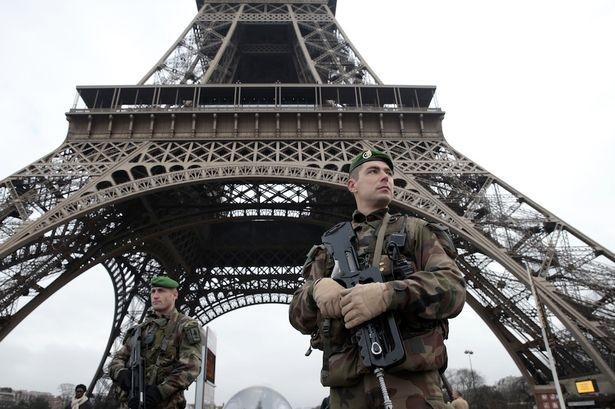 Tháp Eiffel đóng cửa vì báo động khủng bố - ảnh 1