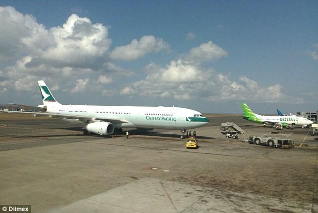 Máy bay đi Hong Kong hạ cánh khẩn cấp vì cháy động cơ - ảnh 1
