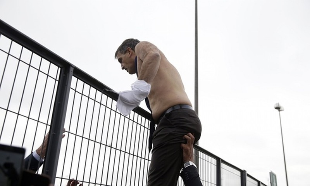 Nhân viên Air France biểu tình, xé quần áo lãnh đạo hãng bay - ảnh 6