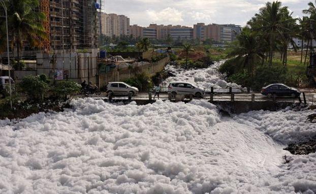 TP Ấn Độ ngập trong bọt trắng vì ô nhiễm - ảnh 1